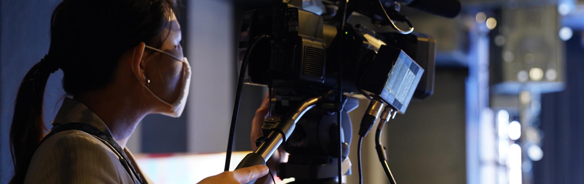 カメラを構えるスタッフ
